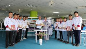 Nghệ nhân Hồ Đắc Thiếu Anh trao tặng sách cho Trường Cao đẳng Du lịch Huế