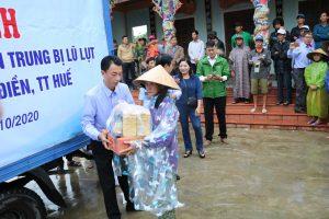 Trao quà hỗ trợ người dân vùng lũ tại xã Phong Bình, huyện Phong Điền, tỉnh Thừa Thiên Huế