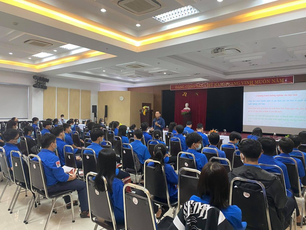 Thầy Lại Văn Hoá, Bí Thư Đoàn trường tư vấn hướng nghiệp cho các em học sinh